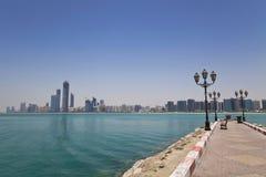 Horizonte de Abu Dhabi, UAE Foto de archivo libre de regalías