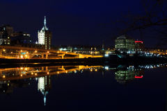 Horizonte de Albany NY en las reflexiones de la noche de Hudson River Imagenes de archivo