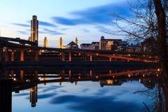 Horizonte de Albany NY en las reflexiones de la noche de Hudson River Fotos de archivo libres de regalías