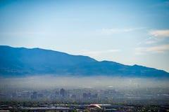 Horizonte de Albuquerque New México en niebla con humo con las montañas Foto de archivo libre de regalías