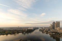 Horizonte de Amsterdam en la puesta del sol, parque empresarial de Amstel, 07-12-2015 Imagen de archivo