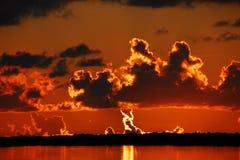 Horizonte de ardência através da baía Imagens de Stock Royalty Free