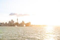 Horizonte de Auckland en la puesta del sol Imagen de archivo