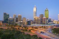 Horizonte de Australia occidental Perth en el crepúsculo Imagen de archivo libre de regalías
