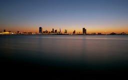 Horizonte de Bahrein durante puesta del sol Fotos de archivo libres de regalías