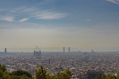 Horizonte de Barcelona en un día nublado imagenes de archivo