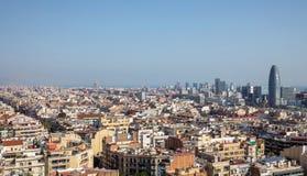 Horizonte de Barcelona y glorias de Torre fotos de archivo