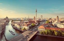 Horizonte de Berlín con el río en la puesta del sol, Alemania de la diversión imagen de archivo