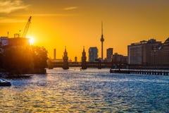 Horizonte de Berlín con el río en la puesta del sol, Alemania de la diversión Fotos de archivo libres de regalías