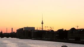 Horizonte de Berlín silueteado en la puesta del sol almacen de metraje de vídeo