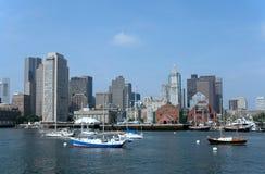 Horizonte de Boston con los barcos fotos de archivo libres de regalías