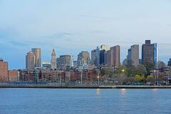 Horizonte de Boston en el crepúsculo, Massachusetts, los E.E.U.U. Foto de archivo