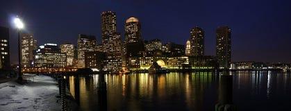 Horizonte de Boston en el panorama de la noche Imagenes de archivo