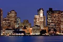 Horizonte de Boston en la noche foto de archivo libre de regalías