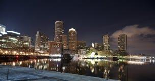 Horizonte de Boston en la noche imágenes de archivo libres de regalías