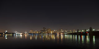 Horizonte de Boston en la noche foto de archivo
