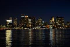 Horizonte de Boston en la noche Fotos de archivo