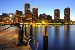 Horizonte de Boston en la oscuridad Foto de archivo