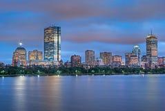 Horizonte de Boston en la oscuridad a través de Charles Imagen de archivo libre de regalías