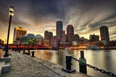 Horizonte de Boston en la puesta del sol fotos de archivo