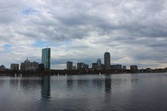 Horizonte de Boston a lo largo de Charles River foto de archivo