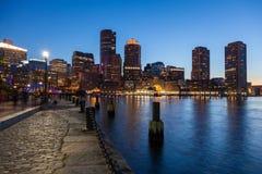 Horizonte de Boston por la noche - Massachusetts - los E.E.U.U. -- Estados Unidos o imagenes de archivo