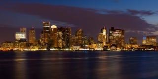 Horizonte de Boston por noche imagenes de archivo
