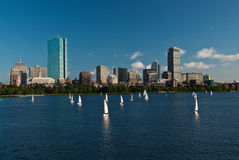 Horizonte de Boston a través del río de Charles Foto de archivo