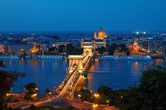 Horizonte de Budapest en la noche fotos de archivo