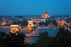 Horizonte de Budapest en la noche foto de archivo libre de regalías