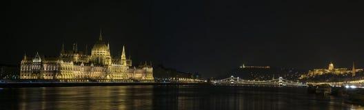 Horizonte de Budapest en la noche Fotos de archivo libres de regalías