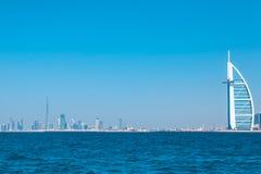 Horizonte de Burj Al Arab Hotel y de Dubai Fotos de archivo