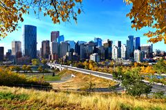 Horizonte de Calgary durante otoño Fotos de archivo