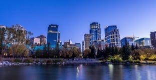 Horizonte de Calgary en la noche Imagenes de archivo