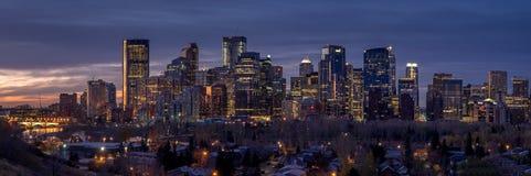 Horizonte de Calgary en la salida del sol Fotografía de archivo libre de regalías