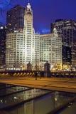 Horizonte de Chicago con el edificio de Wrigley foto de archivo libre de regalías