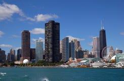 Horizonte de Chicago con el embarcadero de la marina Imágenes de archivo libres de regalías