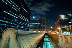 Horizonte de Chicago con los respiraderos del tren de la estación de la unión en la noche imagen de archivo libre de regalías