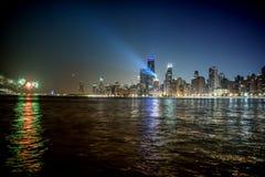 Horizonte de Chicago con un haz luminoso y los fuegos artificiales en la noche fotografía de archivo