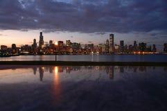 Horizonte de Chicago de la noche foto de archivo