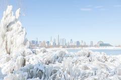 Horizonte de Chicago del invierno con paisaje puro de la nieve fotografía de archivo libre de regalías
