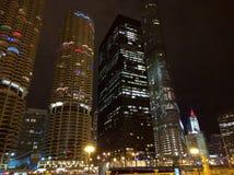 Horizonte de Chicago en la ciudad de la noche Imagenes de archivo