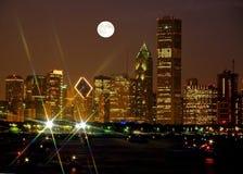 Horizonte de Chicago en la noche Foto de archivo libre de regalías