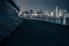 Horizonte de Chicago en la noche fotos de archivo libres de regalías