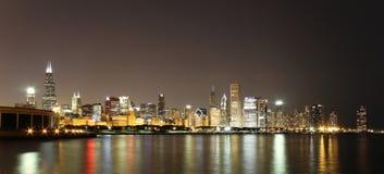 Horizonte de Chicago en la noche Imágenes de archivo libres de regalías