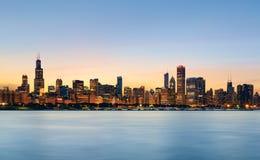 Horizonte de Chicago en la puesta del sol imagen de archivo