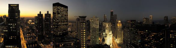 Horizonte de Chicago en la puesta del sol foto de archivo