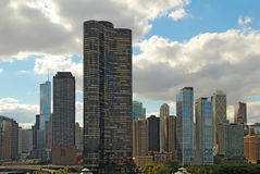 Horizonte de Chicago, Illinois cerca del embarcadero de la marina de guerra Foto de archivo