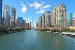 Horizonte de Chicago, Illinois a lo largo del río Chicago Foto de archivo