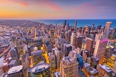Horizonte de Chicago, Illinois, los E.E.U.U. en la oscuridad Foto de archivo libre de regalías
